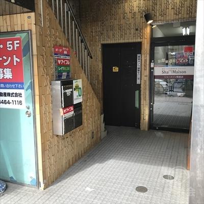 不動産屋マストの左側にエレベーターと階段があります。