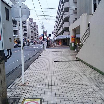 商店街沿いに240メートル歩きます。