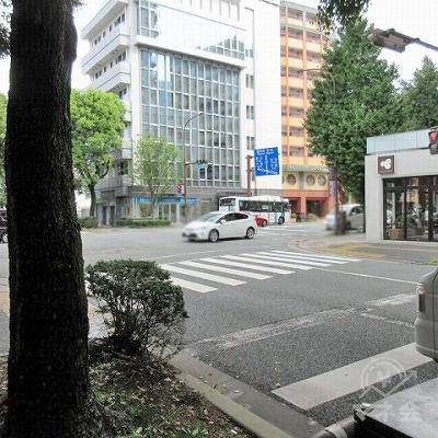 右へ渡る横断歩道が見えてきます。