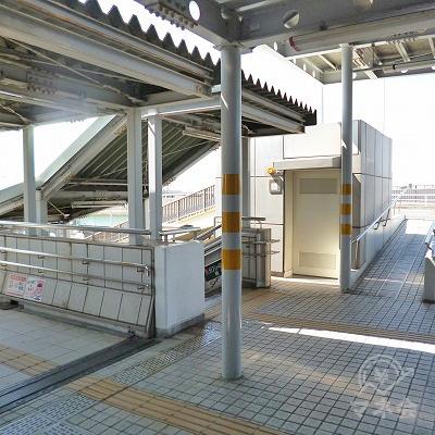 改札を抜けたら、その先にある左手の階段を下ります。
