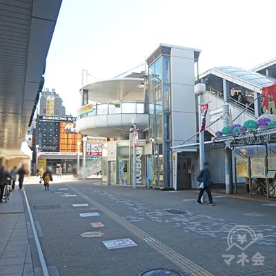 駅前を左に進み、そのまま道路に沿って進みます。