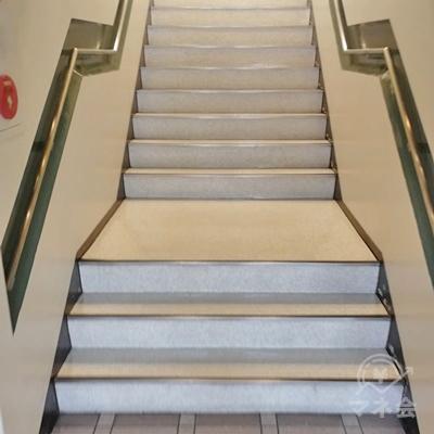 階段を上りましょう。
