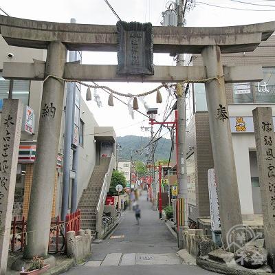 途中、左手に山狐稲荷神社を通過します。