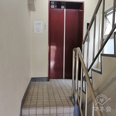 階段の先にエレベーターがあります。