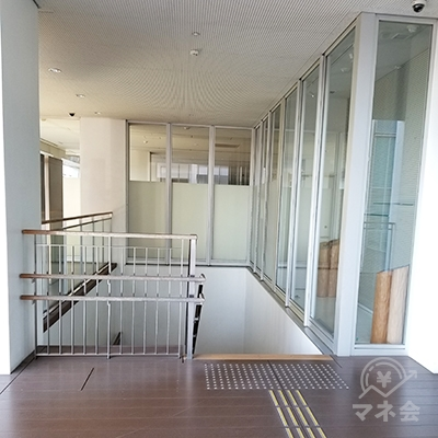 一階へ降りる階段です。