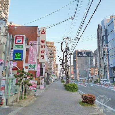 左手に愛知銀行を見ながら、道なりに約1km進んでください。