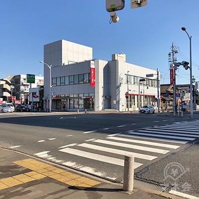 三菱UFJ銀行の交差点を銀行方向へ渡ります。