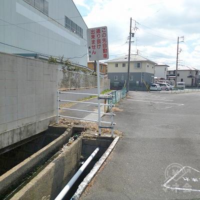 車道が駐車場で行き止まりになったら、左側の歩行者専用の道へ進みます。