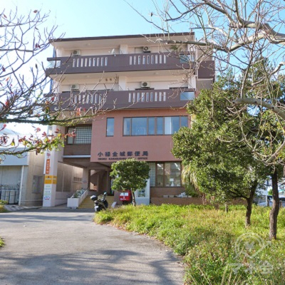 左側に小禄金城郵便局があります。