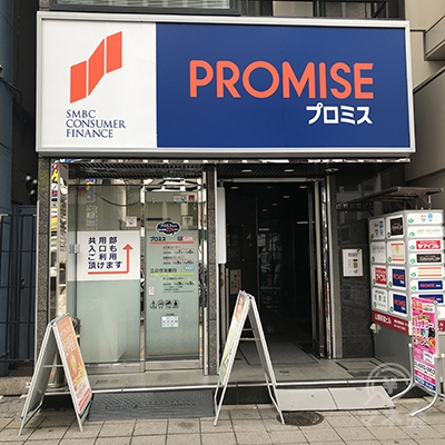 プロミスの店舗の右側にビルの共用入口があります。アイフルは5階です。