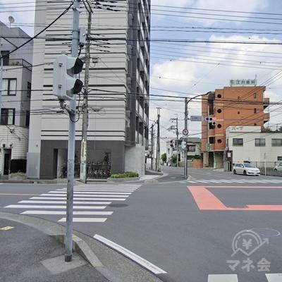 信号のある交差点まで進み信号を渡ります。