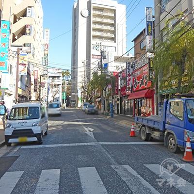 駅前の通りを進みます。