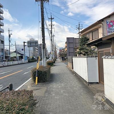 300mほど大通り沿いを歩きます。