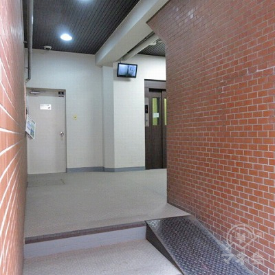 階段を数段上り、エレベーターホールへ進みます。