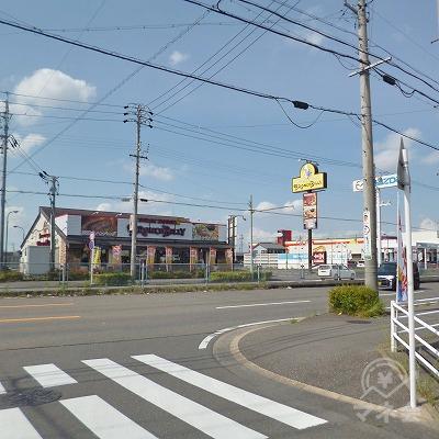 正面にブロンコビリーがある大通りとの交差点を右折してください。