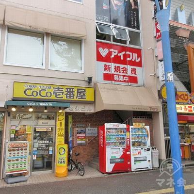 目的地建物の入口は、CoCo壱番屋の右側にあります。