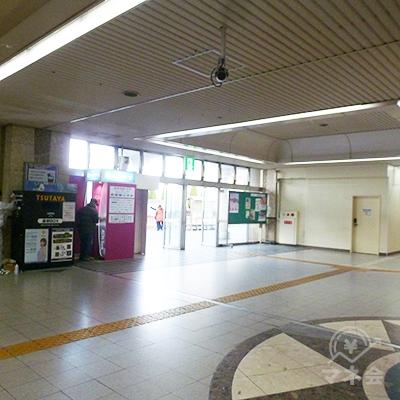 改札口を出て、左斜め方向にある出口から駅外に出ます。
