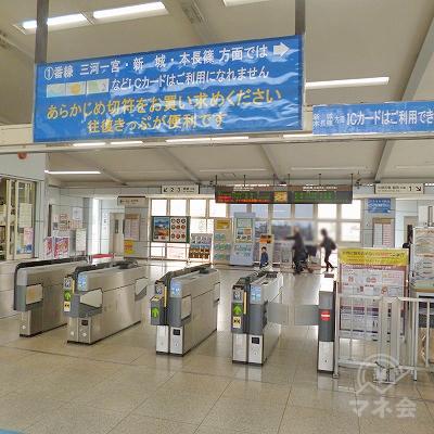 JR飯田線の豊川駅にて下車します。改札口は1つのみです。