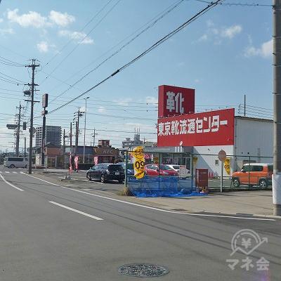 右手に東京靴流通センターが見えてきます。