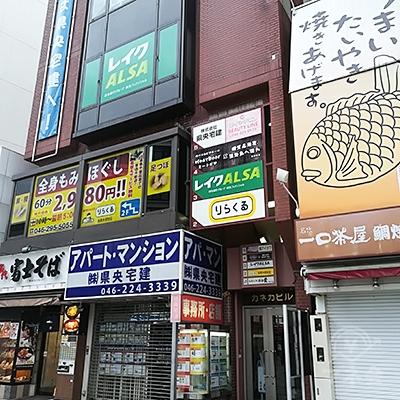 マツモトキヨシの二軒隣のビルに店舗があります。