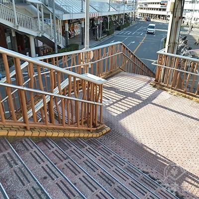 階段は途中で左右に分かれます。左に進みます。