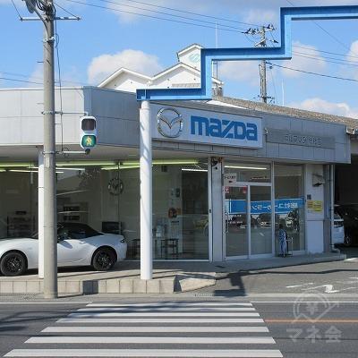 信号を渡り。MAZDA側へ渡り、左へ進みます。