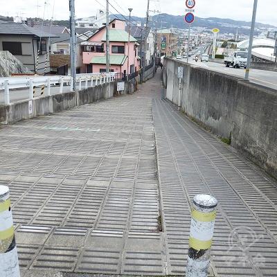 勾配差の関係で、車道と歩道が一時的に分かれます。