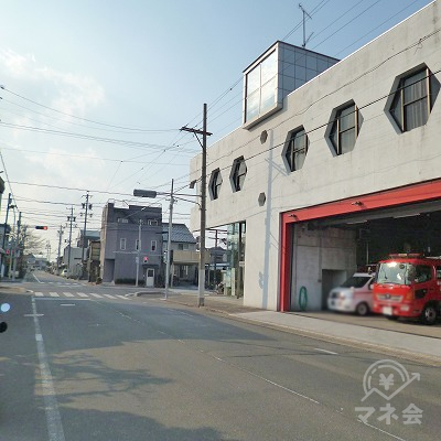 消防署の先にある交差点を左折してください。