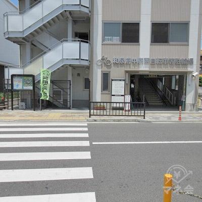 横断歩道を渡り、駐輪場を左手に進みます。