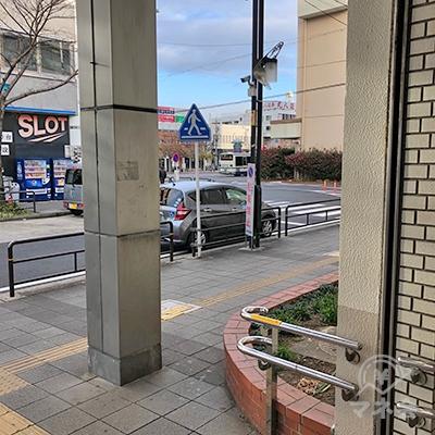 建物の外に出たら右折します。