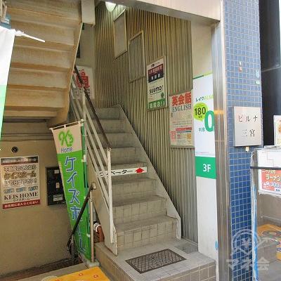 階段で中2階まで上がります。