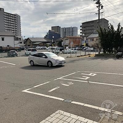 駅前の駐車場を抜けて右方向へ進みます。