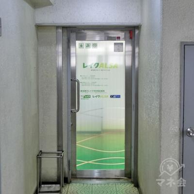 階段を2階に上がるとレイクALSAの緑の入り口があります。