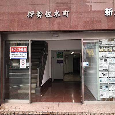 新起企画ビルの入り口は不動産屋の左側です。