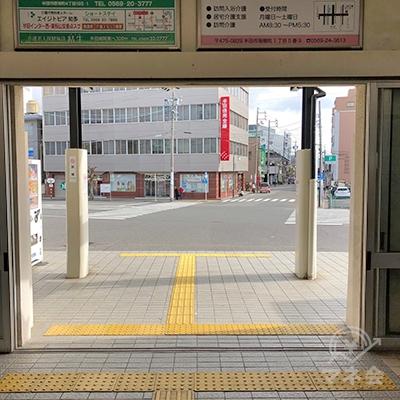 JR武豊線の半田駅を出たら右折します。