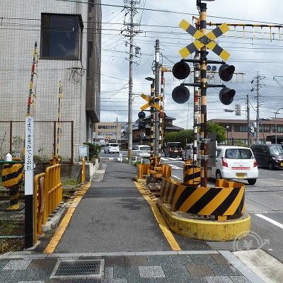 左折直後に伊賀線の踏切を渡ります。