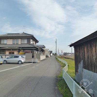 線路沿いを150m進みます。