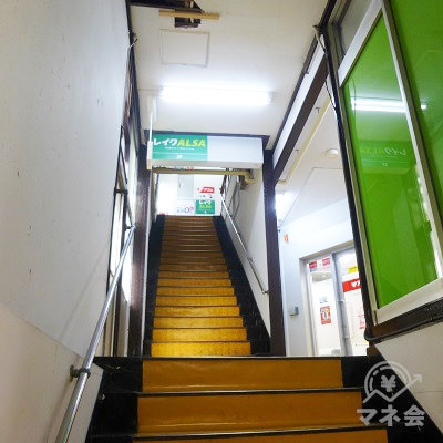 階段で3階へ向かいましょう。