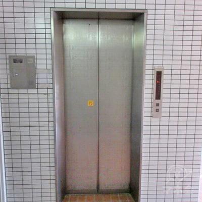 エレベーターで2階にあがります。
