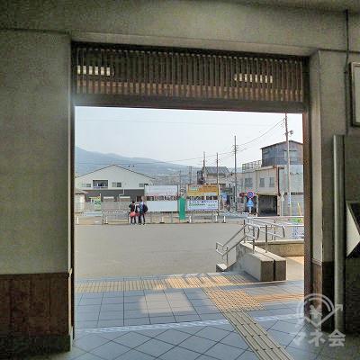 改札を抜けたら、駅前ロータリーを直進して横切ります。