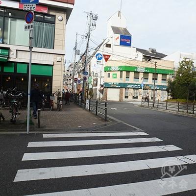 左折したら1車線の道路・駅前商店街になります。