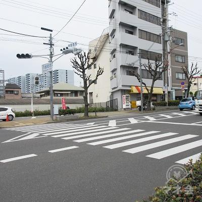 八坂町西の信号を渡り、右へ進みます。