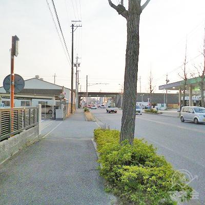 大通り沿いを約700m直進します。