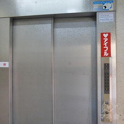アイフルは4階です。エレベーターで4階にお上がりください。