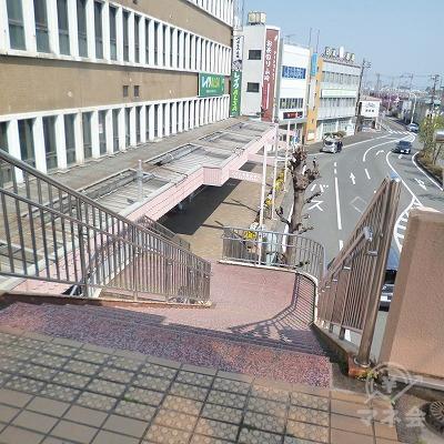 通路の突き当たり右手にある階段で、地上へ下ります。