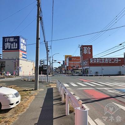 洋服の青山と東京靴流通センターがある交差点をそのまま直進します。