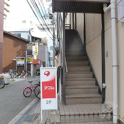 表通りから見て裏手に階段が設置されています。