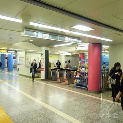 写真は大江戸線です。右手5番出口に進みます。