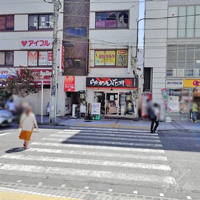 横断歩道を渡り、左に曲がります。