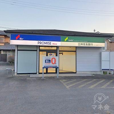 駐車場の一角にプロミスの独立型店舗があります。